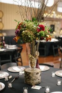 Gałezie brzozy jako dekoracja na stołach.