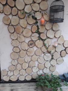 Drewniane pieńki na ścianę